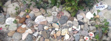 Vi hade bett alla som var med på begravningen att ta med sig en sten, istället för en blomma. Alla stenar har nu fått sin plats, strax utanför dörren till Rasmus rum härhemma. Och det finns alltid plats för fler………….finner du en sten som för tankarna till Rasmus, låt det bli en anledning till att komma förbi. Kom och lägg din sten, stanna en stund och dela ett minne, en tanke. Rasmus stenar fyller mej med värme varje gång jag ser på dem, varje sten symboliserar ett möte, en vänskap, en samling minnen och tankar. Tänk så många vänner han fick, så många möten det blev och så mycket bra han lämnat efter sig, för detta är jag så tacksam. Tack för att du lät mig dela min kärlek och saknad en stund! Anna, Rasmus mamma